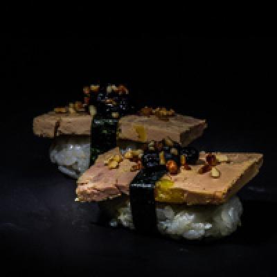 Foie gras, confiture de myrtille, éclats de noisettes