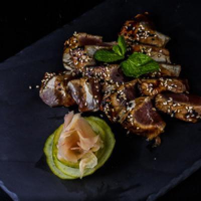 Tataki - thon, sauce teriyaki flambée parsemée de sésame
