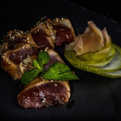 Tataki de thon, sauce teriyaki flambée parsemée de sésame